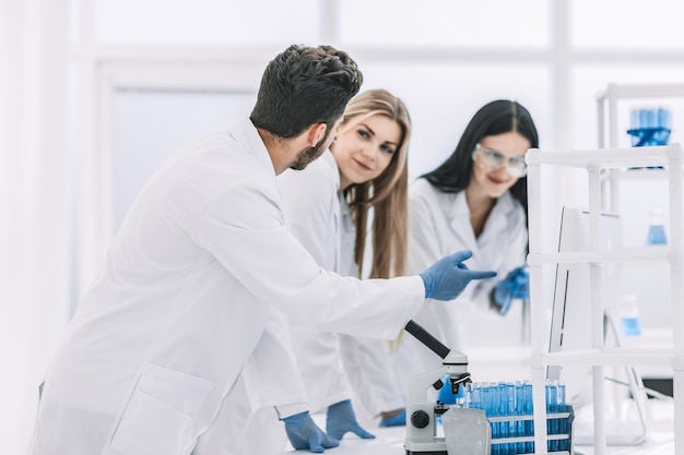 Grupa młodych naukowców omawiająca wyniki badań. zdjęcie z miejsca na kopię
