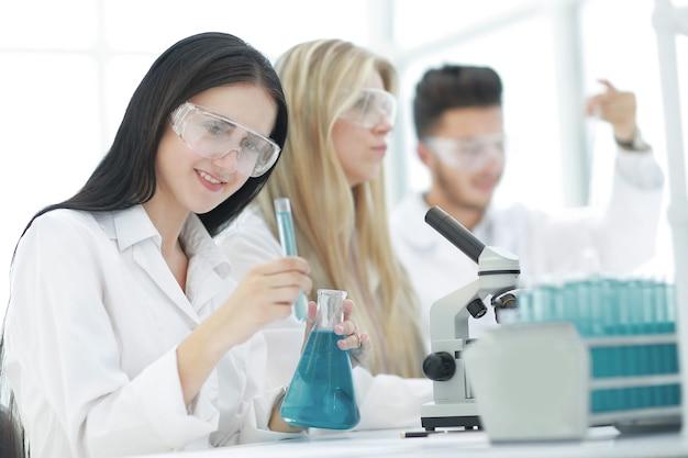 Grupa młodych naukowców prowadzi badania w laboratorium. nauka i zdrowie