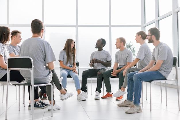Grupa młodych, podobnie myślących osób omawiających swoje pomysły