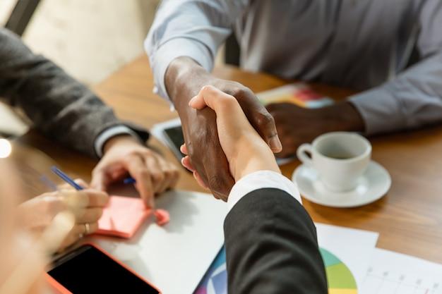Grupa młodych profesjonalistów biznesowych podczas spotkania kreatywnego biura