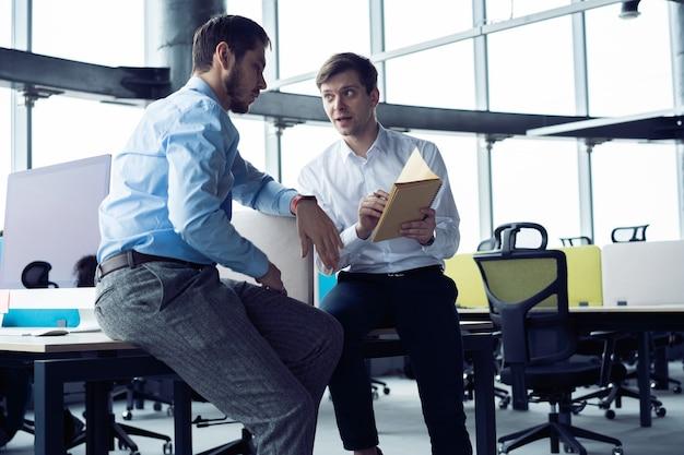 Grupa młodych przedsiębiorców szuka rozwiązania biznesowego podczas procesu pracy w biurze. koncepcja spotkania ludzi biznesu.