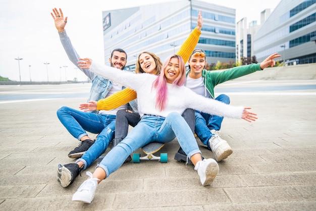 Grupa młodych przyjaciół bawiących się w mieście