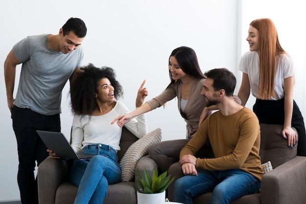 Grupa młodych przyjaciół gromadzących się razem