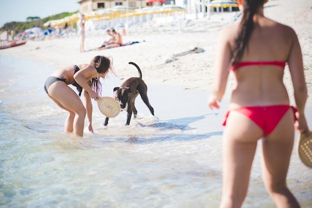 Grupa młodych przyjaciół wieloetnicznych plaży latem