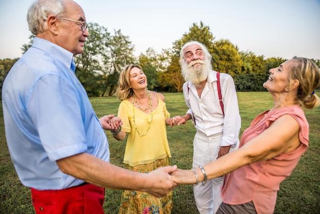 Grupa młodych seniorów, zabawy na świeżym powietrzu