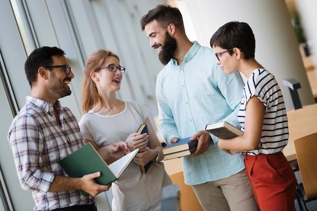 Grupa młodych studentów studiujących razem na uniwersytecie