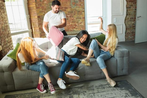 Grupa młodych wieloetnicznych przyjaciół zabawy w domu. miejsce. koncepcja różnorodności, włączenia, przyjaźni i miłości. różne narodowości zjednoczone szczerymi emocjami.