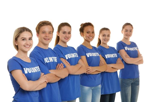 Grupa młodych wolontariuszy na białym tle
