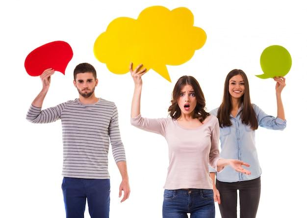 Grupa młodzi homoseksualiści trzymają barwionego mowa bąbel