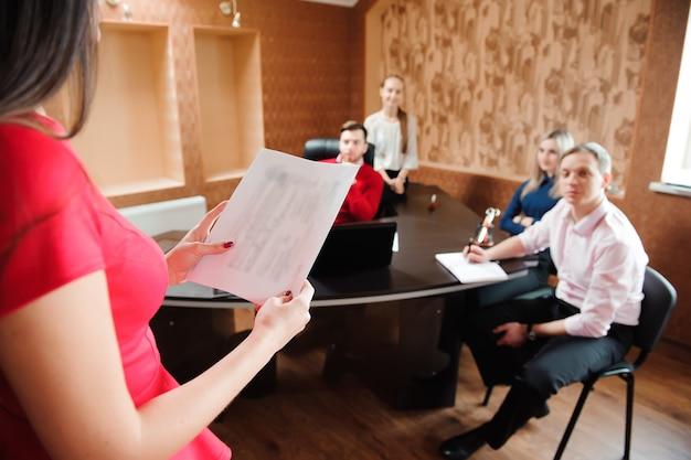 Grupa młodzi ludzie biznesu w spotkaniu przy biurem.