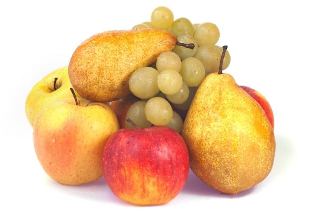 Grupa mokrych jesiennych owoców (winogrona, jabłka, gruszki) na białym tle
