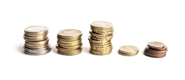 Grupa monet euro na białym tle. gospodarka unii europejskiej tło pieniędzy