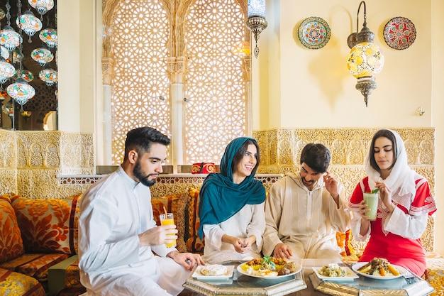Grupa muzułmańscy przyjaciele w restauraci