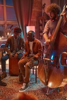 Grupa muzyczna grająca na instrumentach muzycznych podczas występów w klubie nocnym