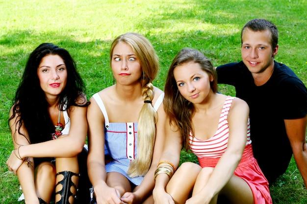 Grupa nastolatków chłopców i dziewcząt
