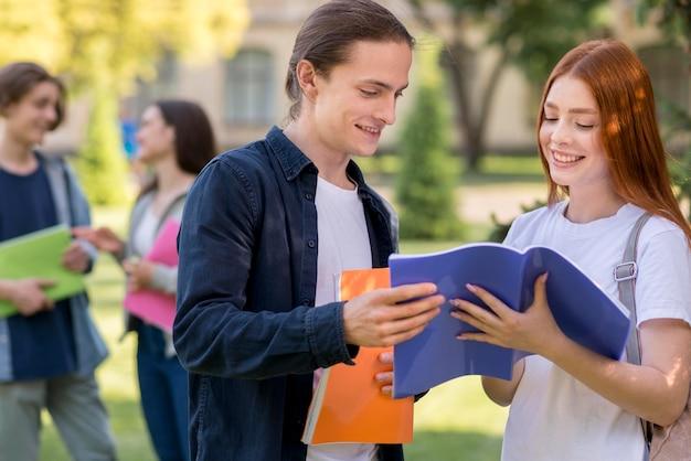 Grupa nastolatków omawiających projekt uniwersytecki