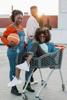 Grupa nastolatków pozuje outdoors