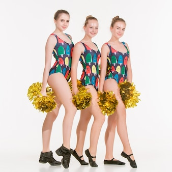 Grupa nastolatków stanowiących cheerleaderki