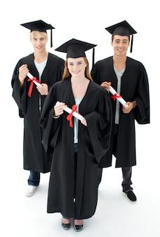 Grupa nastolatków świętuje po ukończeniu szkoły