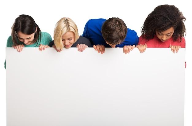 Grupa nastolatków trzymających pusty transparent