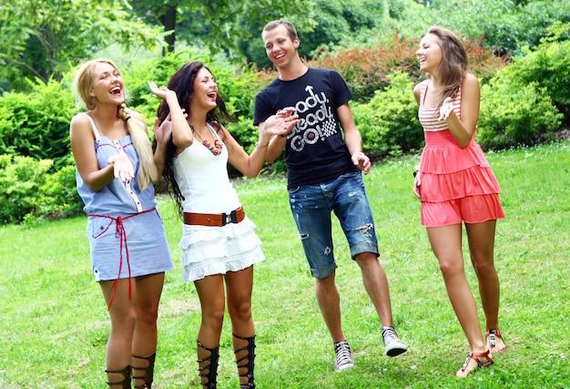 Grupa nastolatków w parku