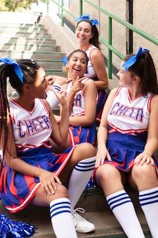 Grupa nastolatków w strojach cheerleaderek