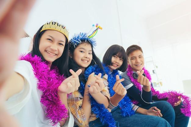 Grupa nastoletni ucznie pozuje dla selfie w pokoju po przyjęcia, studencki przyjaźni pojęcie