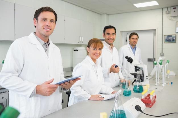 Grupa naukowców pracujących w laboratorium