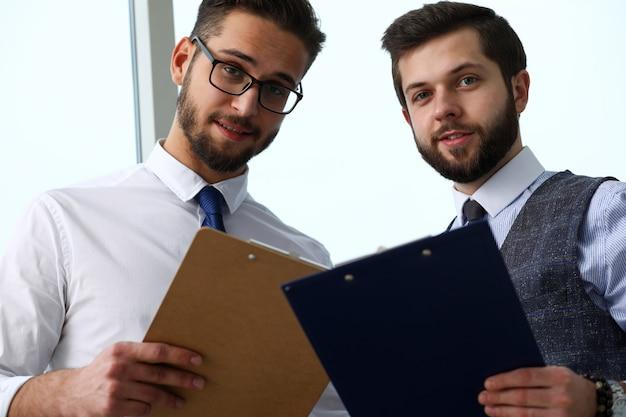 Grupa nowoczesnych biznesmenów w biurze debaty na temat kwestii finansowych