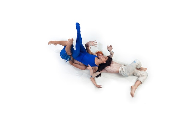 Grupa nowoczesnych tancerzy, art contemp dance, niebiesko-białe połączenie emocji