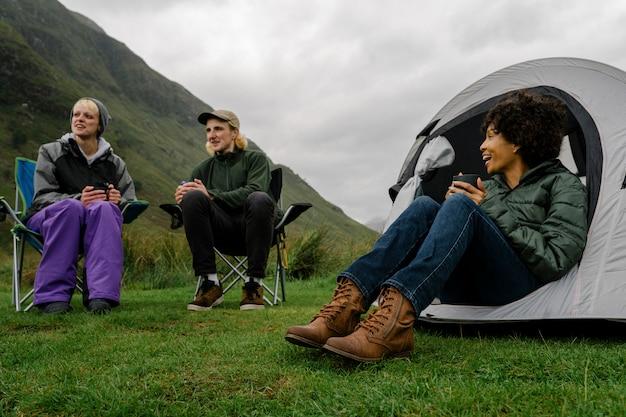 Grupa obozowiczów w szkockich highlands