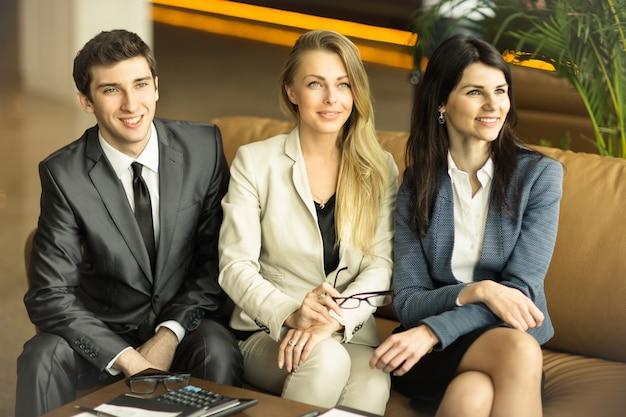 Grupa odnoszących sukcesy biznesmenów. dyskusja