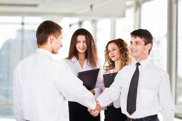 Grupa odnoszących sukcesy biznesmenów. zawarcie bardzo ważnej transakcji.