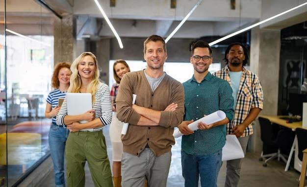 Grupa odnoszących sukcesy ludzi biznesu projektantów architektów w nowoczesnym biurze