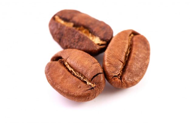 Grupa odosobnione piec kawowe fasole, zamyka up.