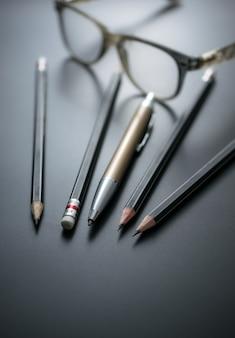 Grupa ołówki na blackboard ostrości przy ołówkową gumką