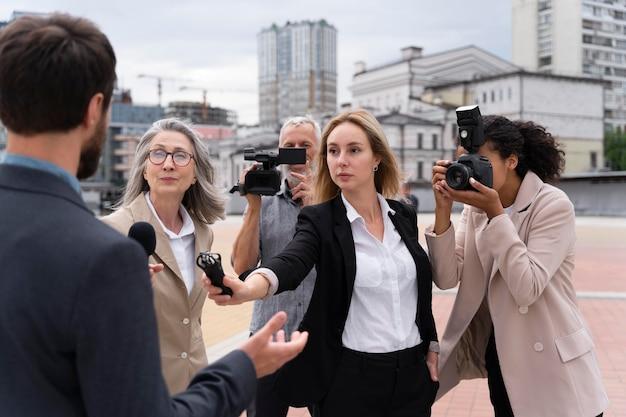 Grupa osób biorących wywiad do wiadomości