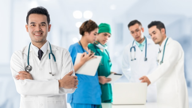 Grupa osób medycznych - lekarz, pielęgniarka i chirurg