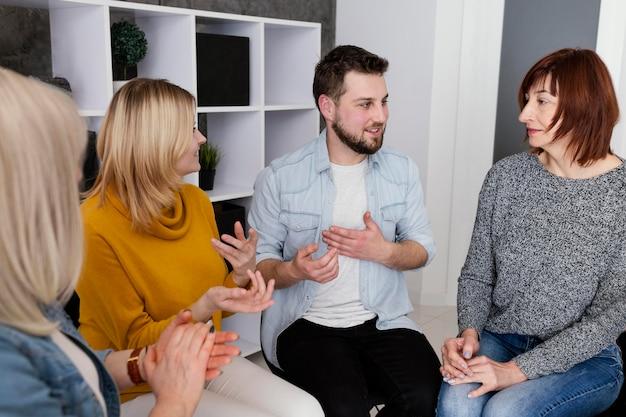 Grupa osób na sesji terapeutycznej