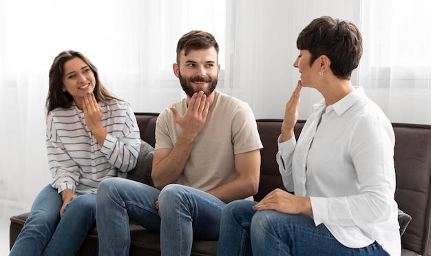 Grupa osób niesłyszących komunikujących się za pomocą języka migowego