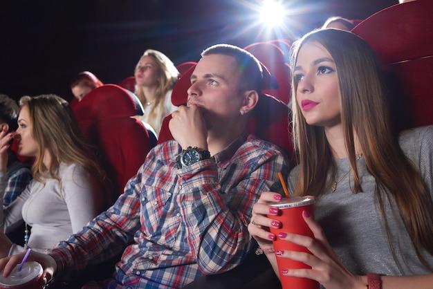 Grupa osób oglądających film w kinie