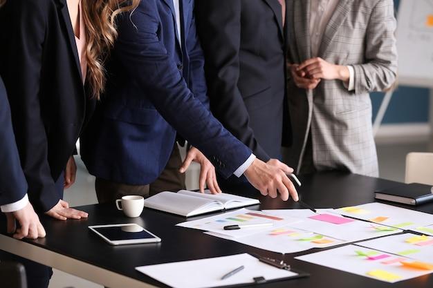 Grupa osób omawiających biznesplan w biurze
