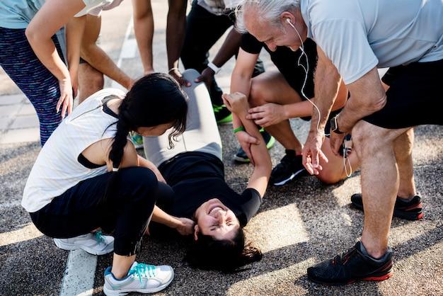 Grupa osób pomagających rannej osobie