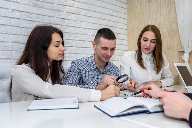 Grupa osób pracujących z formularzem 1040 w biurze