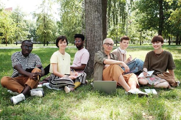 Grupa osób prowadzących seminarium w parku