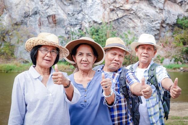 Grupa osób starszych trekking the high mountain ciesz się życiem po przejściu na emeryturę. koncepcja społeczności starszych