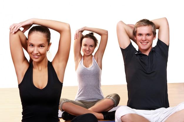 Grupa osób wykonujących ćwiczenia fitness