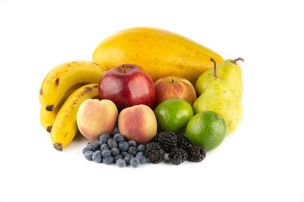 Grupa owoc nad białym tłem. banany, papaja, jabłka, gruszki, brzoskwinie, jeżyny, jagody i cytryny.