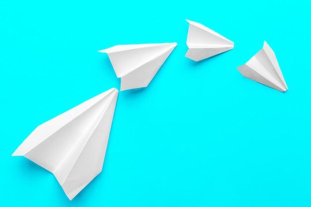 Grupa papierowi samoloty na błękitnym tle. biznes dla nowych pomysłów kreatywność i innowacyjne koncepcje rozwiązań