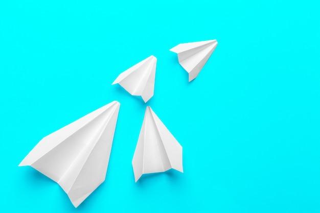 Grupa papierowych samolotów na niebiesko. biznes dla nowych pomysłów kreatywność i innowacyjne rozwiązania